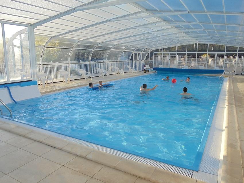 La piscine couverte du camping 5